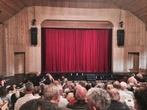 Ce soir-là, la salle était complète. Photo: Joël Piguet.