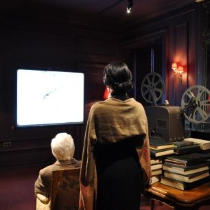 Charlie et Oona regardent des vidéo de famille